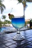 在室外露台的蓝色Lago鸡尾酒 图库摄影