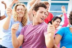 在室外音乐会表现的观众跳舞 免版税库存图片