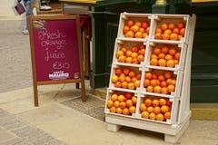 在室外餐馆的新鲜的橙汁过去 免版税库存图片