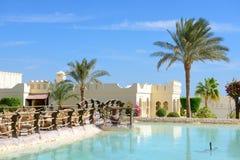 在室外餐馆附近的游泳池在豪华旅馆 免版税库存照片