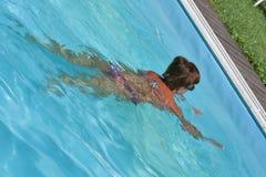 在室外水池的白种人妇女游泳 库存照片