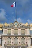 在宫殿凡尔赛上面的法国旗子在巴黎附近的 库存图片