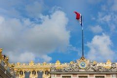 在宫殿凡尔赛上面的法国旗子在巴黎附近的 免版税库存图片