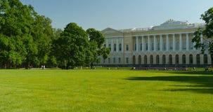 在宫殿前面的绿色草甸 股票视频