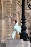 在宫殿前面的美丽的芭蕾舞女演员 图库摄影