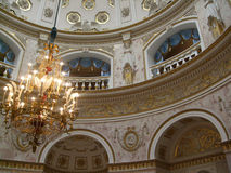 在宫殿圣徒下Peterburg的圆顶的枝形吊灯 库存照片
