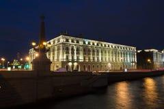 在宫殿堤防,圣彼得堡,俄罗斯的一个大厦 免版税库存图片