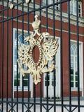 在宫殿复合体的篱芭的二重带头的老鹰在Tsaritsyno,莫斯科 免版税库存照片