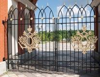 在宫殿复合体的门的二重带头的老鹰在Tsaritsyno,莫斯科 库存图片
