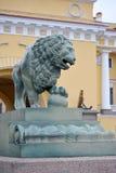 在宫殿桥梁附近的狮子雕塑在圣彼德堡 库存照片