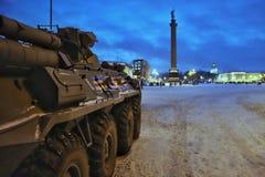 在宫殿正方形圣彼德堡的军用设备在冬天 免版税库存照片