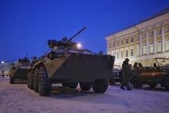 在宫殿正方形圣彼德堡的军用设备在冬天 库存图片