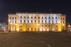 在宫殿正方形在晚上,圣彼德堡,俄罗斯的一个大厦 库存照片
