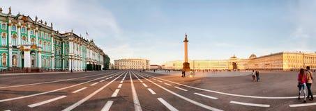 在宫殿正方形的亚历山大专栏 免版税库存照片