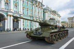在宫殿正方形的坦克T-34在8月的11日圣彼德堡20日 免版税库存图片