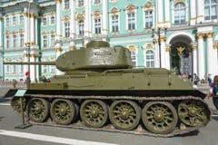在宫殿正方形的坦克T-34在8月的11日圣彼德堡20日 库存照片