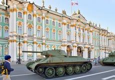 在宫殿正方形的苏联中型油箱T-34模型1941年在天我 免版税库存图片
