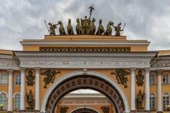 在宫殿正方形,圣彼德堡,俄罗斯的早晨 免版税库存照片