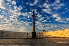 在宫殿正方形,圣彼德堡, Ru的美丽的早晨天空 免版税图库摄影