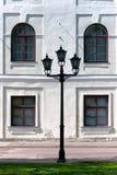 在宫殿的背景墙壁上的城市灯笼。里加 库存照片