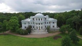 在宫殿跳舞在庭院里新娘和新郎的航测 大白色宫殿或城堡视图 飞过 影视素材
