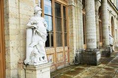 在宫殿附近的古色古香的雕象在Gatchina 图库摄影