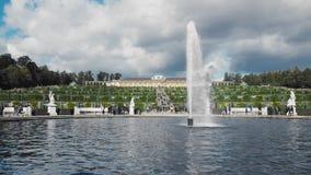 在宫殿附近的许多未被认出的游人在波茨坦 在前景的喷泉 r t 股票视频