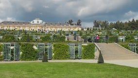 在宫殿附近的许多未被认出的游人在波茨坦 绿地和装饰小瀑布与台阶 t 影视素材