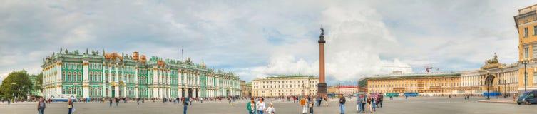 在宫殿(Dvortsovaya)正方形的亚历山大列在圣皮特 免版税库存照片