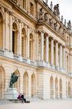 在宫殿` s庭院边的凡尔赛宫 免版税库存照片