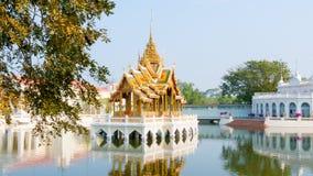 在宫殿Ayutthaya湖视图的轰隆Pa 图库摄影