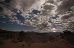 在宰恩国家公园东部的雷击,当月亮和星点燃在南犹他的mesas的上时残破的云彩 库存图片