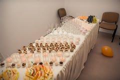 在宴会桌上和甜点服务的果子 免版税库存照片