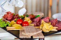 在宴会桌上的,美妙地被服务的乳酪切口宴会桌 图库摄影