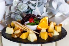 在宴会桌上的,美妙地被服务的乳酪切口宴会桌 免版税库存照片