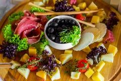 在宴会桌上的,美妙地被服务的乳酪切口宴会桌 库存图片