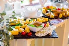 在宴会桌上的,美妙地被服务的乳酪切口宴会桌 免版税库存图片