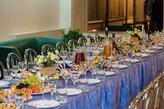 在宴会的服务的桌 饮料、酒精、纤巧和快餐 承办酒席 招待会事件 免版税图库摄影