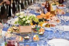 在宴会的服务的桌 饮料、酒精、纤巧和快餐 承办酒席 招待会事件 库存照片