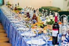 在宴会的服务的桌 饮料、酒精、纤巧和快餐 承办酒席 招待会事件 图库摄影
