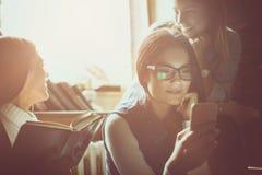 在家一起三名女孩学生 免版税库存图片