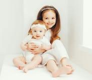 在家一起两个逗人喜爱的姐妹孩子 库存照片