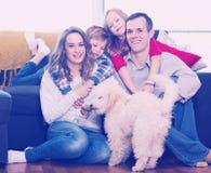 在家一起享用年轻的家庭 图库摄影