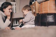 在家一起使用母亲和小的儿子 喝的教的婴孩从杯子 系列父亲女孩愉快的生活方式一点 库存照片