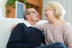 在家一起夫妇领抚恤金者在沙发 库存照片