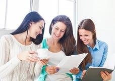 在家一起学习的女学生 免版税库存照片