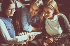 在家一起学会三个学生的女孩 库存图片