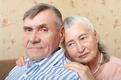 在家一起拥抱愉快的微笑的资深的夫妇 免版税库存照片