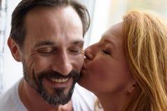 在家一起爱恋的夫妇 图库摄影