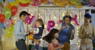 在家一起跳舞在党事件的小组年轻亚洲家庭 影视素材
